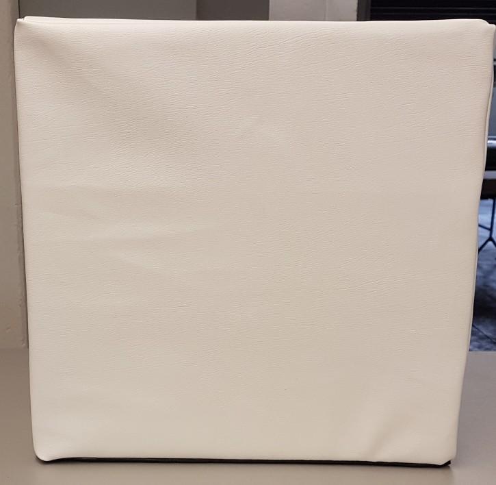 Sitzwürfel mit weißen Lederbezug